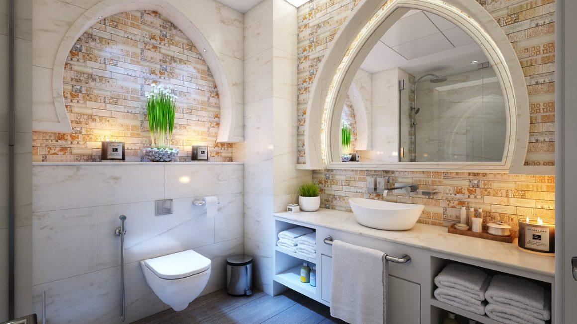salle de bain avec un mur en pierres et du carrelage imitation parquet